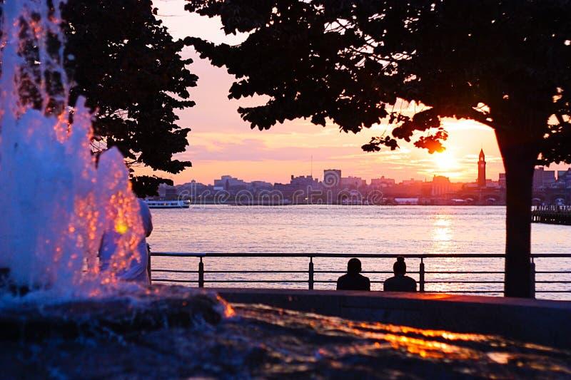 Заход солнца лета Гудзона пинка NYC с друзьями стоковые изображения