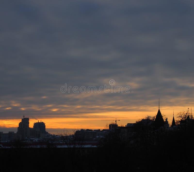 Заход солнца завтра в Киеве, Украине Столицы Заход солнца с оранжевым заходом солнца стоковая фотография