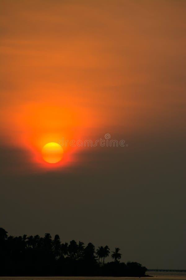 Заход солнца захода солнца и горы и гора стоковое изображение