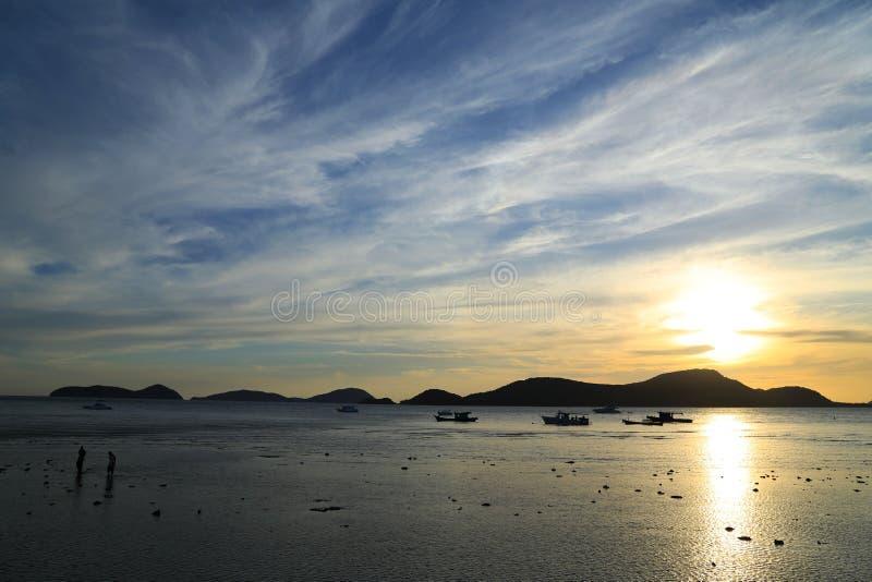 Заход солнца за горой стоковая фотография rf