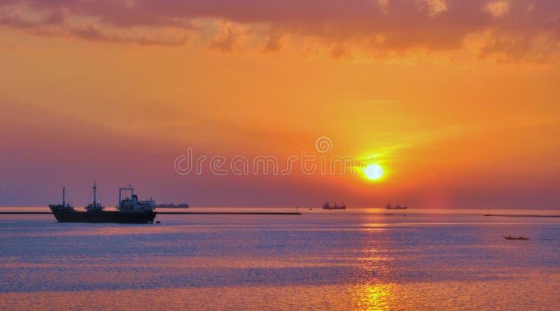Заход солнца заливом стоковые изображения