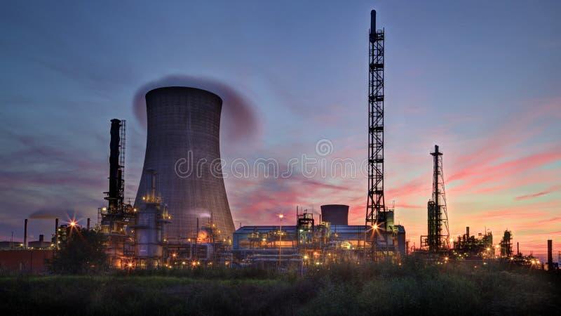 Заход солнца за рафинадным заводом стоковые фотографии rf