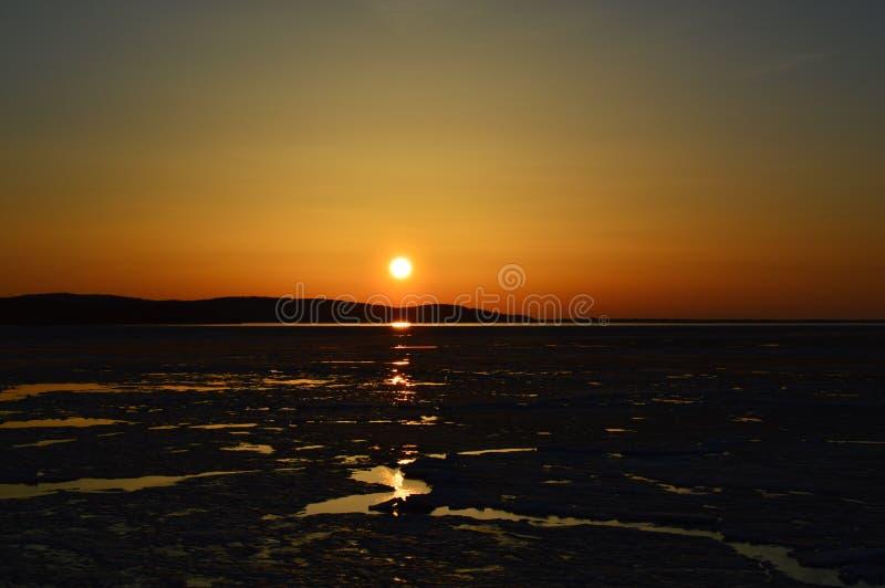 Заход солнца зимы над кристаллическим озером стоковые фотографии rf