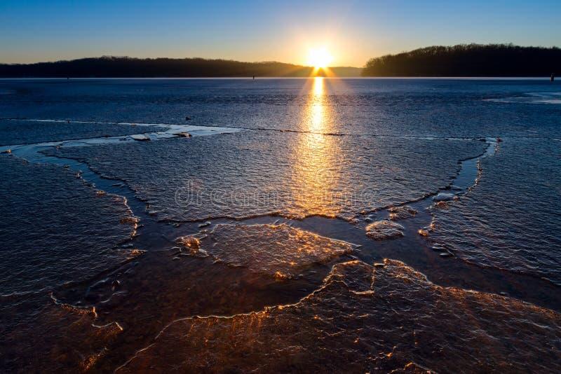 Заход солнца зимы на озере стоковые фото