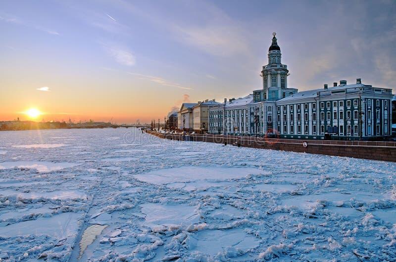 Заход солнца зимы над рекой Neva стоковое изображение