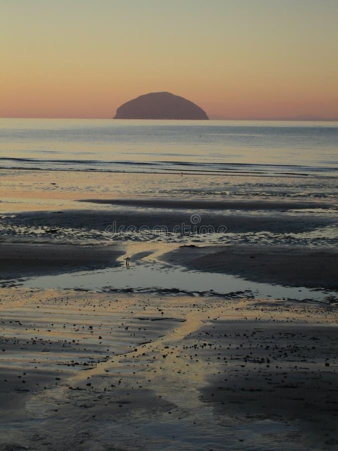 Заход солнца зимы снял острова пляжа Ailsa Craig и Girvan, Шотландии стоковые изображения rf