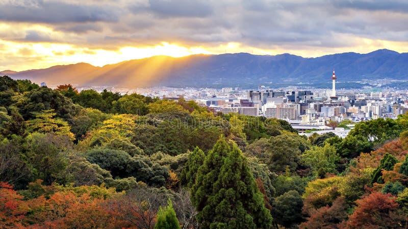 Заход солнца и башня Киото от виска Kiyomizudera, Киото, Японии стоковые фотографии rf