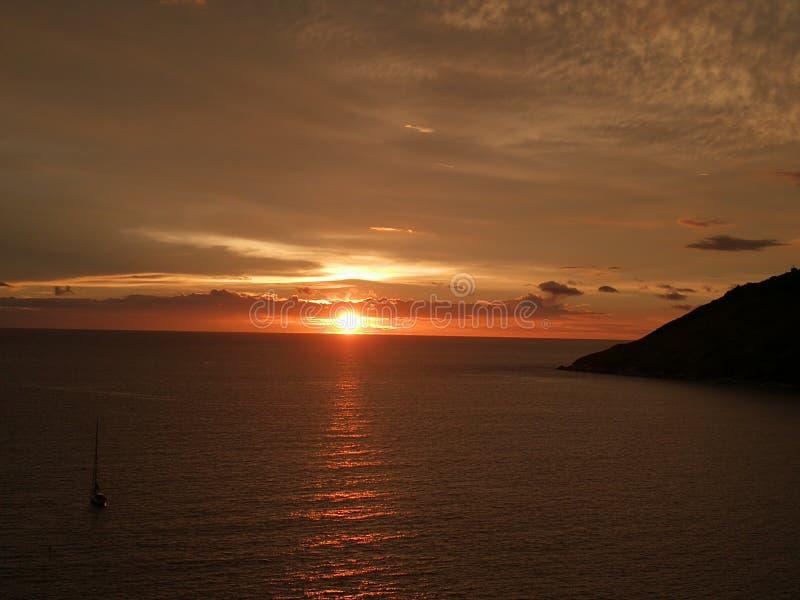 Заход солнца и вид на море в Пхукете стоковые фото