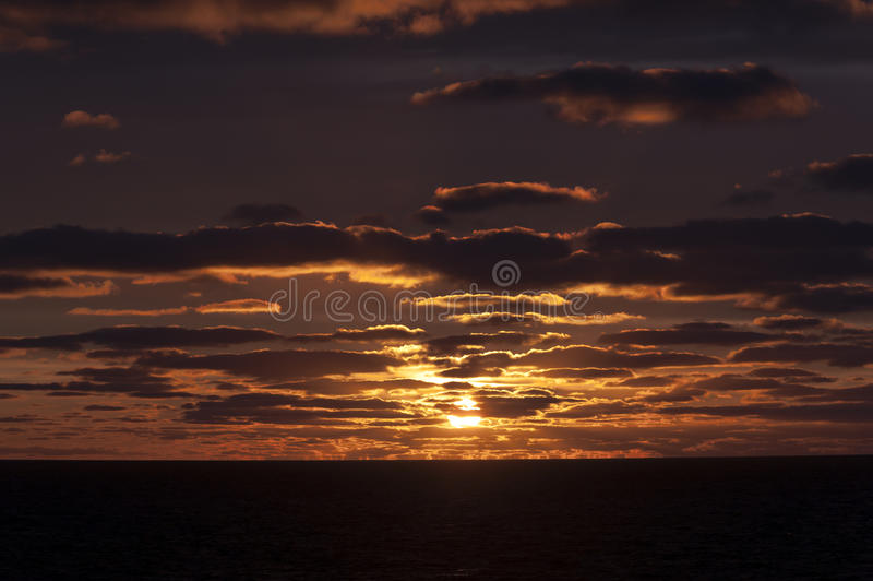 Заход солнца и нефтяная платформа стоковая фотография rf