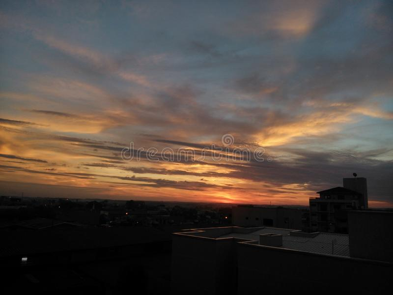 Заход солнца и облака стоковые фото