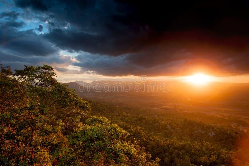 Заход солнца и облако шторма стоковые изображения