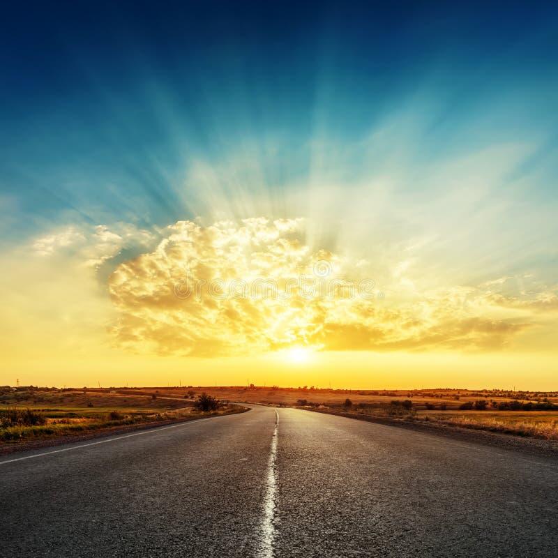 Заход солнца и дорога к горизонту стоковая фотография rf