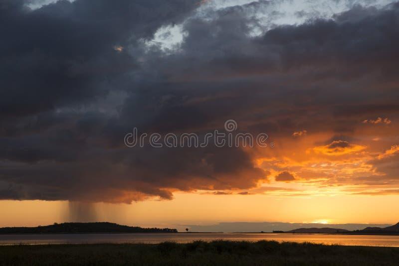 Заход солнца и rainclouds над озером Kariba стоковое фото