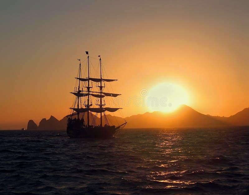 заход солнца корабля sailing ландшафта 3d Заход солнца стоковые изображения