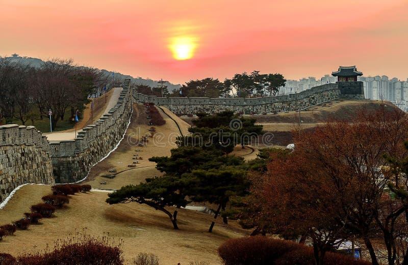 Заход солнца крепости Hwaseong в Сувоне стоковая фотография rf
