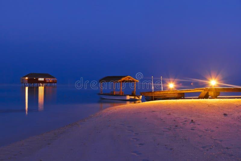 заход солнца Мальдивов молы пляжа стоковое изображение rf