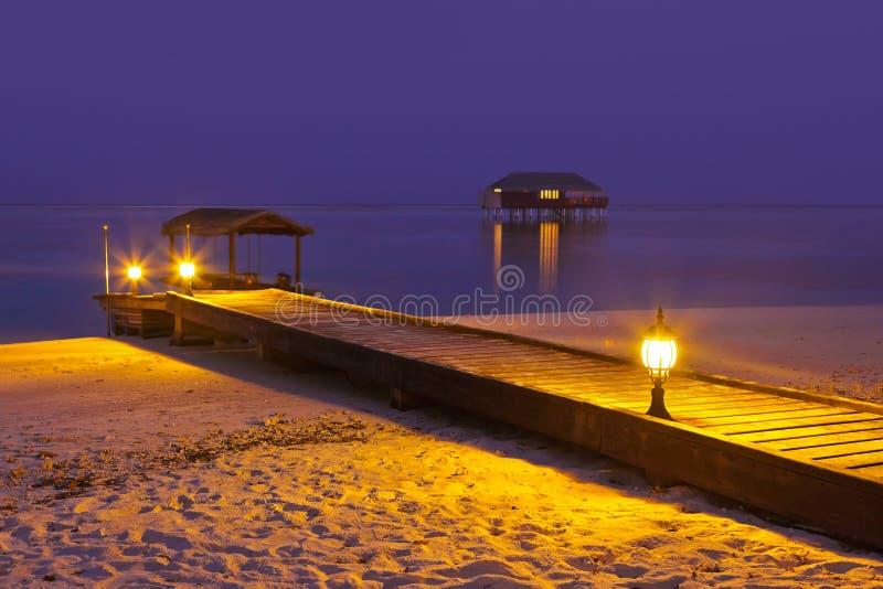 заход солнца Мальдивов молы пляжа стоковые изображения