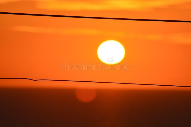 Заход солнца между линиями стоковые изображения