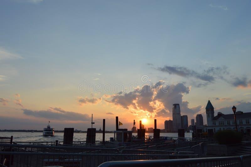 Заход солнца морского порта улицы Нью-Йорка южный стоковое фото rf