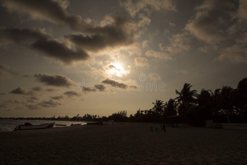 Заход солнца на африканском тропическом острове mussulo Анголы стоковая фотография rf