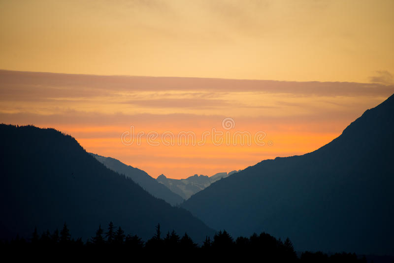 Заход солнца над аляскской долиной стоковое фото rf