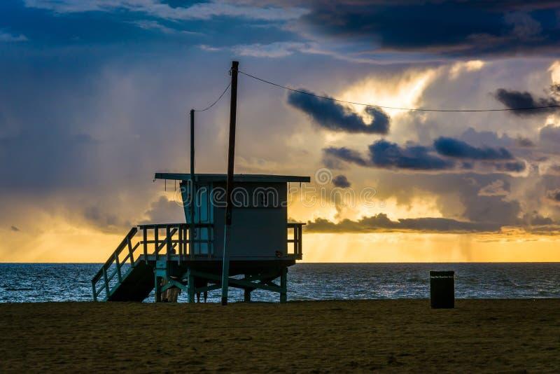 Заход солнца над башней личной охраны и Тихим океаном стоковое фото