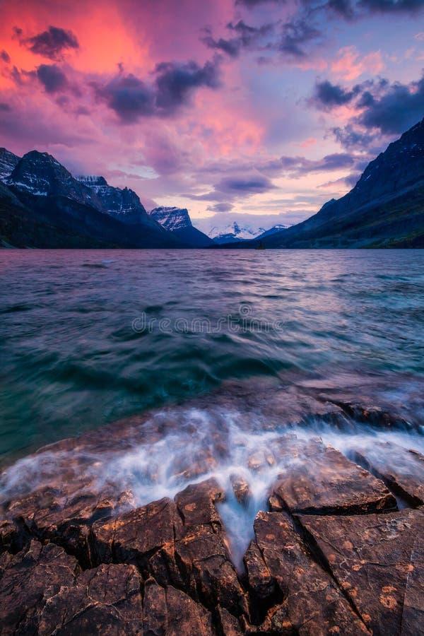 Заход солнца на береге озера St Mary в национальном парке ледника стоковое фото rf