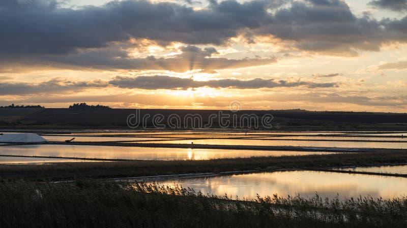 Заход солнца над варницей стоковое фото