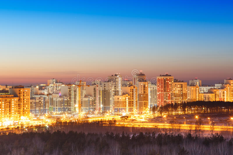 Заход солнца над взглядом зданий города стоковое фото