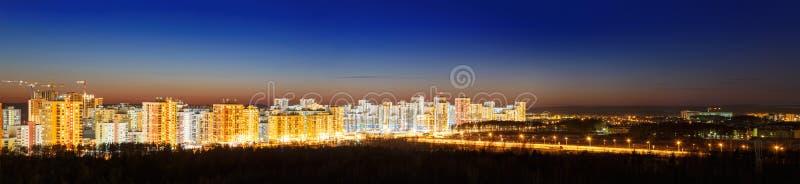 Заход солнца над взглядом зданий города стоковое изображение
