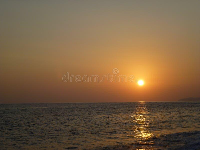 Заход солнца на взморье стоковые изображения rf