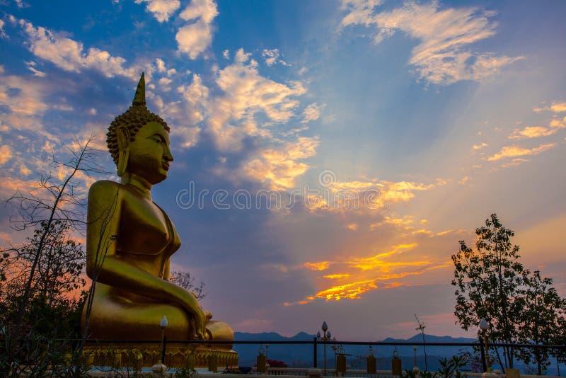 Заход солнца на виске Таиланде стоковые изображения rf
