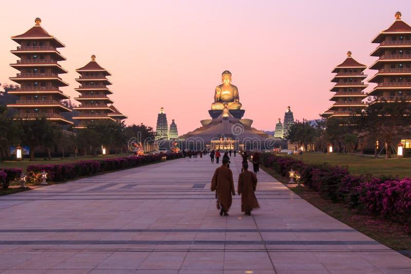 Заход солнца на виске buddist Шани Fo Guang Kaohsiung, Тайваня при много туристов идя мимо стоковое изображение rf