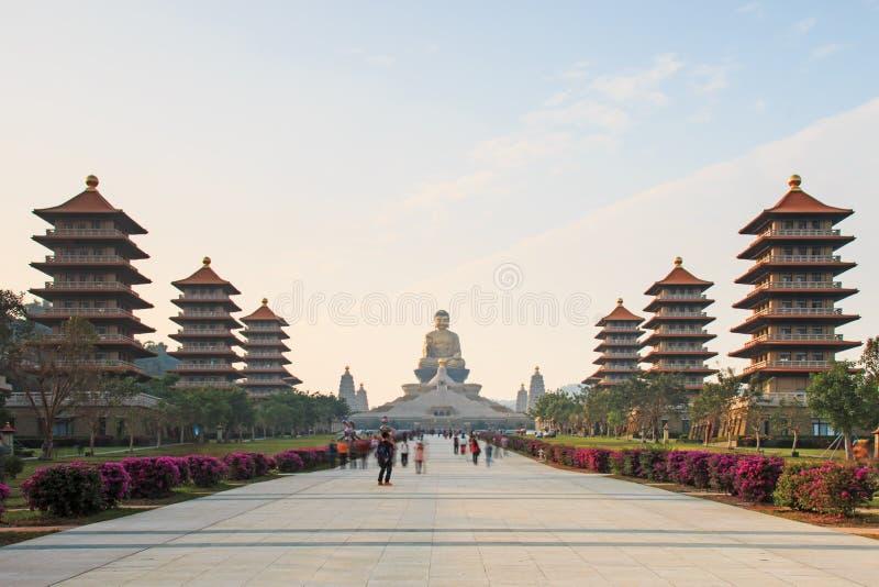 Заход солнца на виске buddist Шани Fo Guang Kaohsiung, Тайваня при много туристов идя мимо стоковые фото