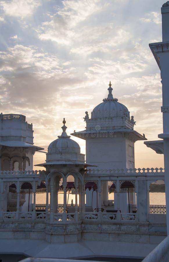 Заход солнца над дворцом Udaipur озера стоковая фотография rf