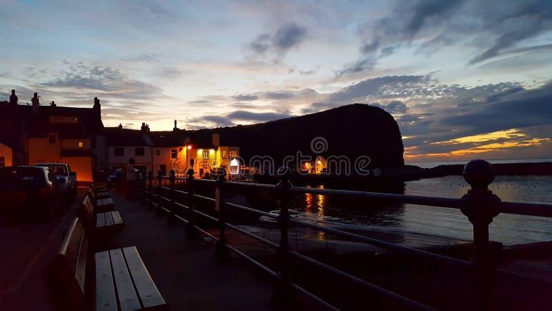 Заход солнца на гавани staithes стоковые изображения