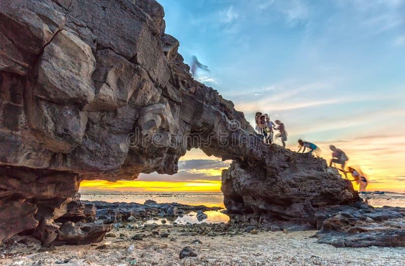 Заход солнца на гигантском каменном стробе стоковые фотографии rf