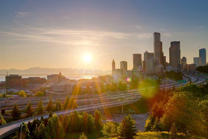 Заход солнца над горизонтом Сиэтл городским в штате Вашингтоне стоковые фото