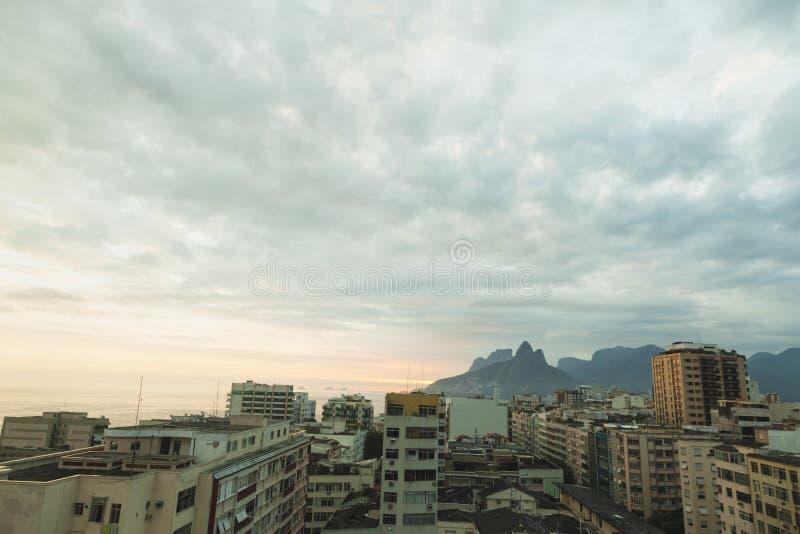 Заход солнца над городским пейзажем Рио-де-Жанейро стоковое фото