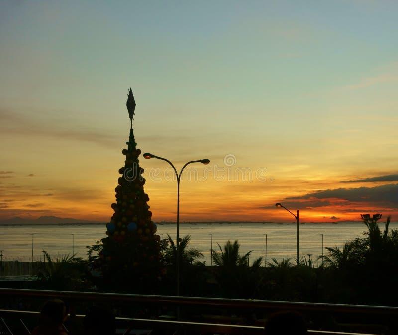 Заход солнца на заливе Манилы стоковые изображения