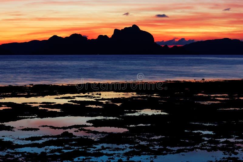 Заход солнца над заливом Bacuit (El Nido, Филиппинами) стоковые изображения