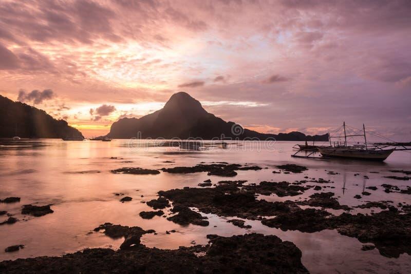 Заход солнца над заливом El Nido в Palawan, Филиппинах стоковые фотографии rf
