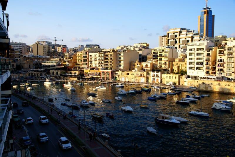 Заход солнца над заливом St Julians в Мальте стоковые фотографии rf
