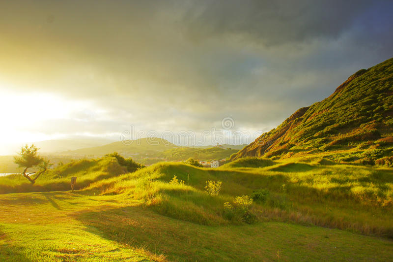 Заход солнца на зеленых холмах стоковая фотография rf