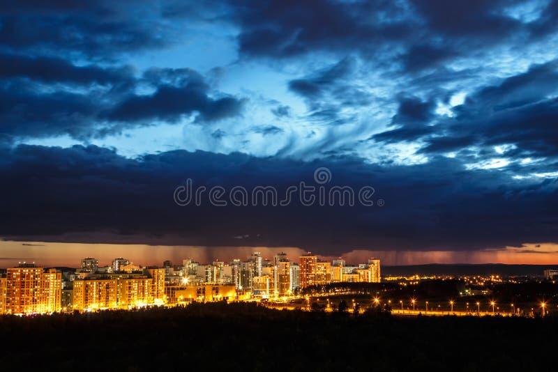 Заход солнца над зданиями города стоковые изображения