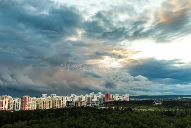 Заход солнца над зданиями города стоковое фото