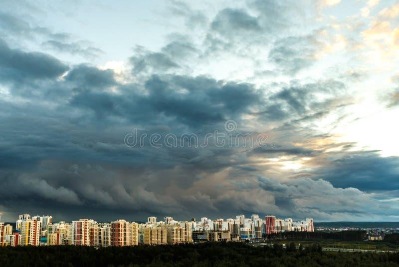 Заход солнца над зданиями города стоковые фотографии rf