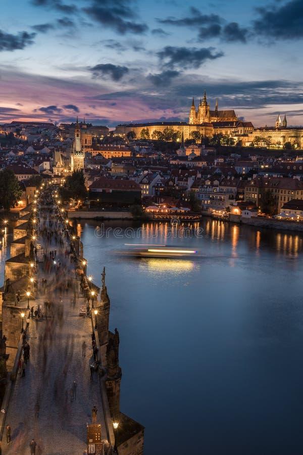 Заход солнца над Карловым мостом и замком Праги стоковое фото