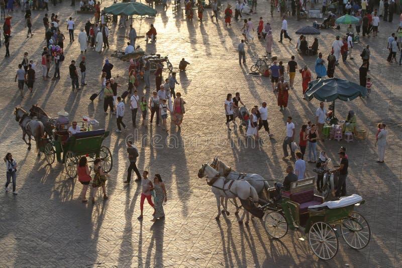 Download Заход солнца на квадрате Djemaa El Fna в Marrakesh Редакционное Стоковое Фото - изображение насчитывающей посещение, вечер: 33731898