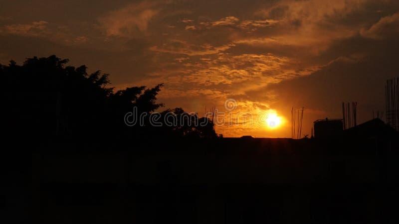 Заход солнца над конструкцией стоковые фотографии rf